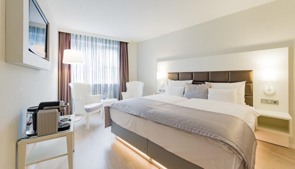 162 gro z gige zimmer hotel europa m nchen. Black Bedroom Furniture Sets. Home Design Ideas